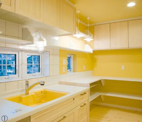 フローリングとの一体感を出して、キッチンの扉には温かみのある無垢材を使用。