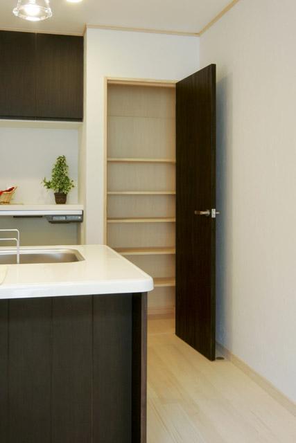 暖かくなる居室でも涼しく保管できるちょっとしたスペース。お米やジュースのストックもできるので、とっても便利。