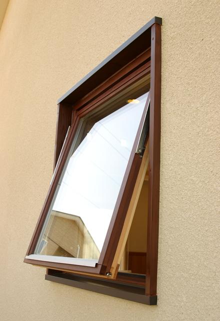「木は鉄より優れている」とのデータ結果通りの高性能とスーパーエナジートリプルガラスの採用により高い断熱性能を発揮する木製回転窓。家全体をやさしく表現することができる。