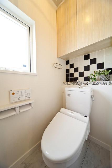 床やニッチ、ベンチなど様々なところで「タイル」を使用