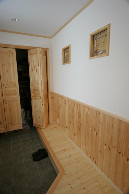 玄関収納は、冬場にそのままコートなどをかけられるので、家の中が濡れる心配がない。