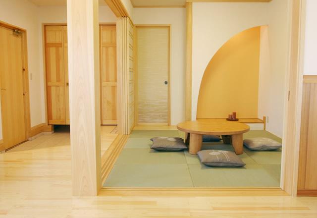 心地よい肌触りの畳。い草の香りが身体に染み渡り、安らぎを感じさせる。家の中心に据えた和室の空間。